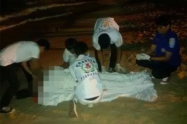 An emergency team prepares the dead woman for transport to Patong Hospital. (Photo taken from Kupai Huajaiseenam Kusoltham rescue team facebook page)