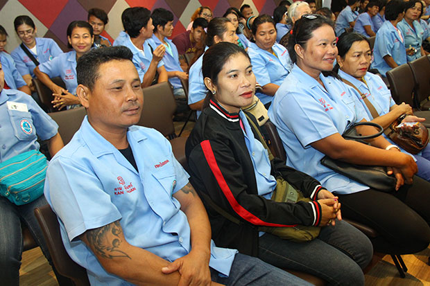 Members of the Dong Tan Beach Thai Traditional Massage Club in Pattaya attend a meeting at Pattaya City Hall on Wednesday, where they were exhorted not to rip off tourists and asked to agree to random drug tests. (Photo by Chaiyot Puttanapong)
