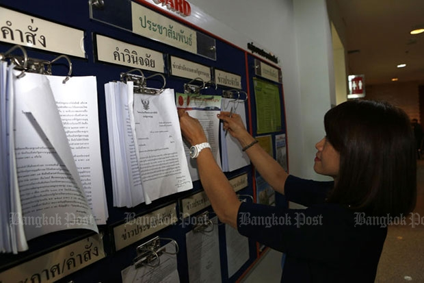 An official posts a statement on the Constitutional Court's ruling regarding Section 61 of the Referendum Act on Wednesday. (Photo by Pattarapong Chatpattarasill)