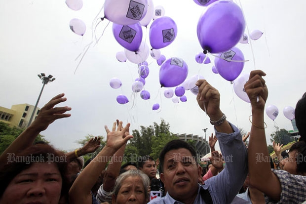 Activists release balloons demanding a fair referendum campaign and freedom to discuss the charter at Ramkhamhaeng University in Bangkok on Saturday. (Photo by Thanarak Khunton)