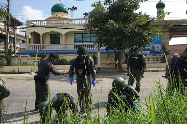 Police comb the scene of Monday night's M79 grenade explosion for evidence in front of the central mosque of Moo 2 village in tambon Bannang Sata, near the district police station, in Yala province on Tuesday morning. (Photo: Maluding Deeto)