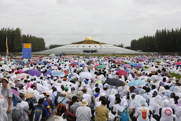 Disciples of Phra Dhammajayo pack into Wat Phra Dhammakaya in Pathum Thani in mid-June. Authorities consider it as obstruction to an attempted arrest of the abbot. (Photo by Pattarapong Chatpattarasill)