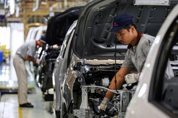 Toyota Thailand is cutting its Thai workforce by 5% in a 'voluntary redundancy programme' answering the faltering economy. (Bloomberg photo)