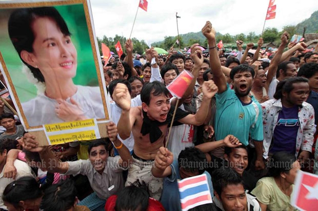 Myanmar refugees await the arrival of then Myanmar opposition leader Aung San Suu Kyi at Mae La camp near in Tak's Tha Song Yang district on June 2, 2012. (Photo by Chanat Katanyu)