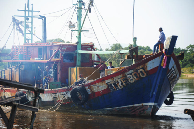 Two Vietnamese trawlers with 11 crews are earlier arrested in Thai waters near Narathiwat in October 2015. (Photo by Waedao Harai)