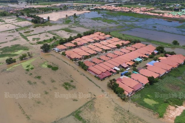 Recent heavy rains have flooded communities in Phitsanulok's Muang district for more than two weeks. (Post Today photo)