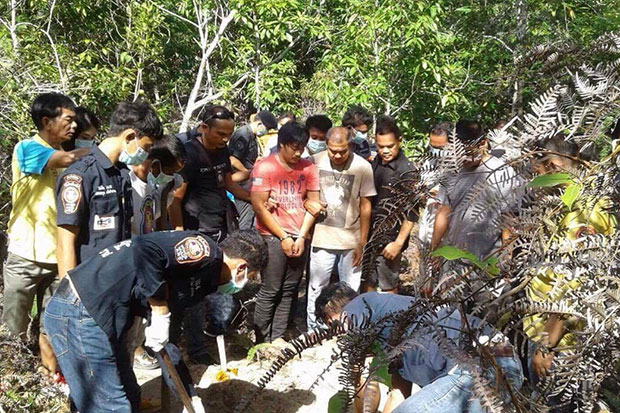 Thattapong Promchaisri, 22, shows police where he buried the body of his girlfriend after strangling her to death in Thung Yai district of Nakhon Si Thammarat. (Photo by Nujaree Raekrun)