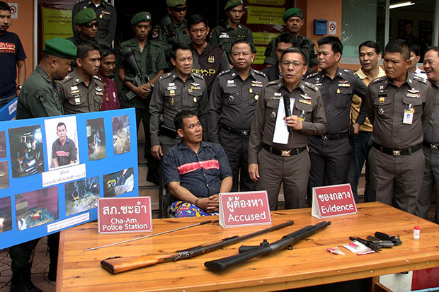 Pratheep Sangsiri, 42, appears at a news briefing at the Cha-am police station on Saturday. He faces charges of gunning down his 64-year-old Swedish neighbour, Lars Donald Qvarfordt. (Photo by Chaiwat Satyaem)