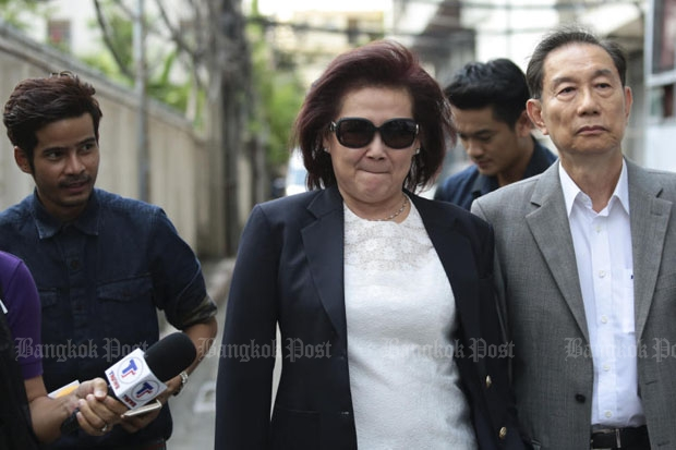 Former deputy finance minister Benja Louischaroen (centre) leaves the Criminal Court in Bangkok on Thursday after being released on bail following a three-year jail sentence for helping children of former prime minister Thaksin Shinawatra evade 15.88 billion baht in tax a decade ago. (Photo by Patipat Janthong)
