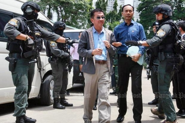 The military regime put soldiers in place of police to detain politically powerful Boonlert Buranupakorn and escort him to the Crime Suppression Division to answer charges over allegedly distorted documents on the draft charter found in the North. (Photo by Apichit Jinakul)
