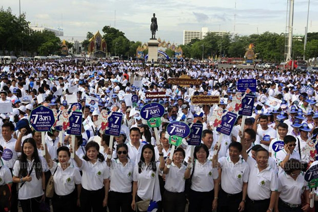 The Election Commission holds a big campaign at the Royal Plaza on Thursday to encourage people to vote in the constitution referendum on Sunday. (Photo by Apichart Jinakul)