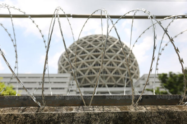 Concertina rolls of razor wire prevent access to Wat Phra Dhammakaya in late May, as the abbot's row with the DSI intensifies. (Photo by Pattanapong Hirunard)