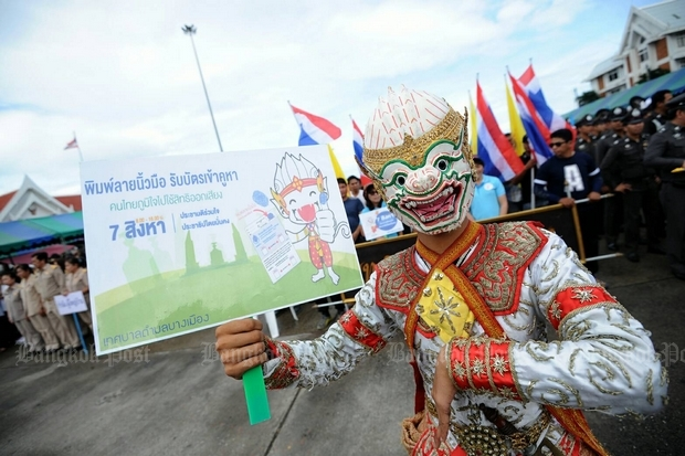 A 'khon' performer dressed as Hanuman encourages voters to turn out in Samut Prakan for Sunday's referendum. (Photo by Suthiwit Chayutworakan)