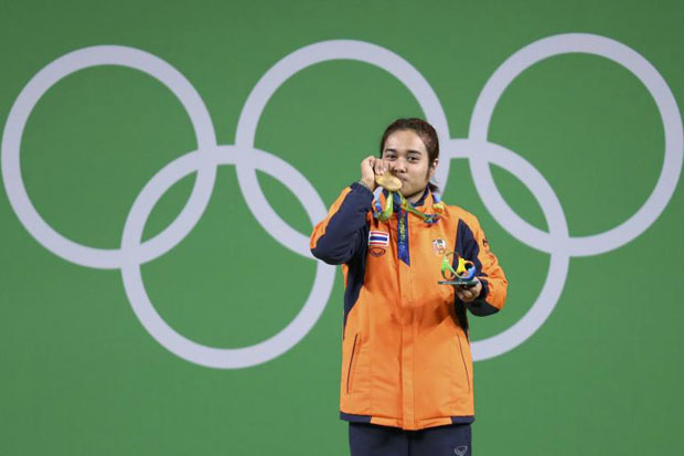 Sopita Tanasan poses with her medal after wining the women's 48kg category of the Rio 2016 Olympic Games Weightlifting events at the Riocentro in Rio de Janeiro on Sunday. (Reuters photo)