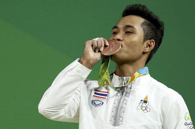 Sinphet Kruaithong of Thailand shows his bronze medal for weightlifting in the 56-kilogramme division at the Rio Olympics. (Reuters photo)