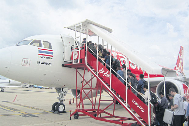 Passengers board a Thai AirAsia flight at Don Mueang airport, which handles the bulk of Thailand's LCC passengers.(Photo by BOONSONG KOSITCHOTETHANA)