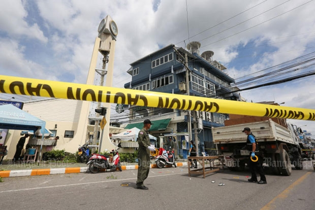 Police seal off the area near the clock tower in Hua Hin after bombings on Friday morning. (Photo by Pattanapong Hirunard)