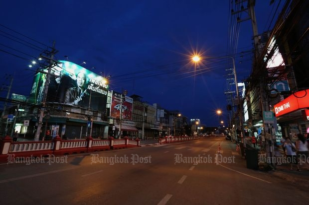Phetkasem Road leading to the Hua Hin market was closed on Friday night following bombings on Thursday and Friday that killed two people in the resort town. (Photo by Pattanapong Hirunard)