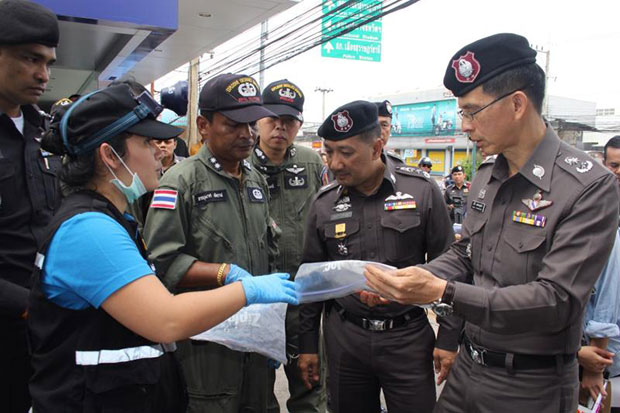 Forensic experts and police on Sunday look at evidence collected from a bomb scene in Surat Thani. (Photo by Supapong Chaolan)