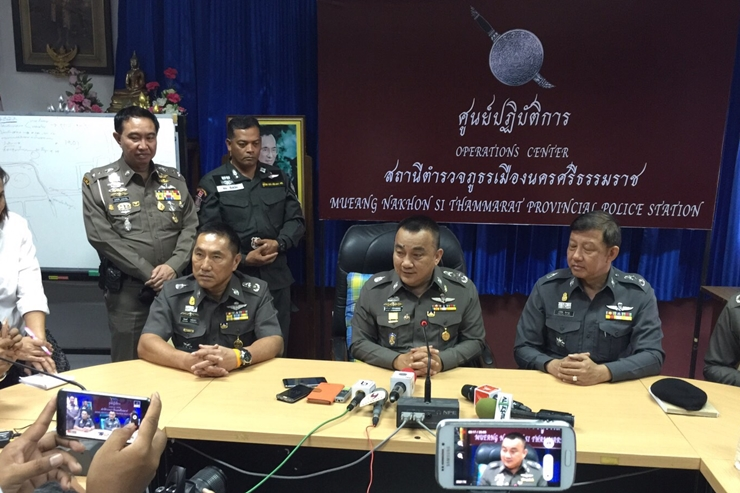 Pol Gen Sriwara Rangsipramanakul, a deputy national police chief, briefs the media on latest developments in the investigation into last week's deadly wave of bomb attacks, at Muang Nakhon Si Thammarat police station. (Photo: Post Today)