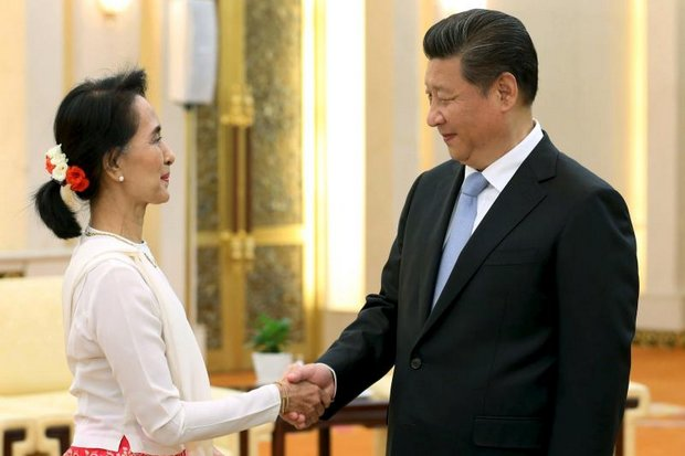 Aung San Suu Kyi (left) met Chinese President Xi Jingping last year, when she was leader of Myanmar's political opposition. (File photo)