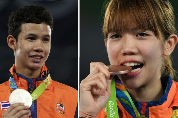 Tawin Hanprab (left, silver) and Panipak Wongpattanakit (bronze) savour their Olympics medals in taekwondo Thursday morning, Thailand time. (Reuters photos)
