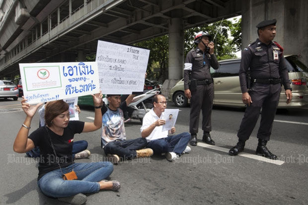 The family of Phansuthee Meeluekij, who lost nearly a million baht via mobile banking and identity theft, protests in front of the Royal Thai Police Office in Bangkok, demanding restitution. The NBTC has developed a fingerprint app it says will make mobile phone-banking safer.(Photo by Pawat Laupaisarntaksin)