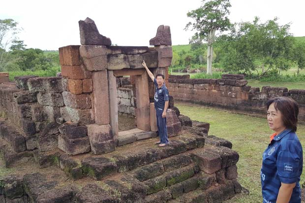 Officials show a place where the lintel should have stood at the Nong Hong sanctuary in Non Dindaeng district, Buri Ram, in early August. (Photo by Pikool Kaewhawong)