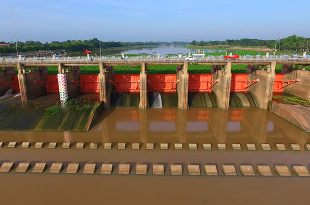 The image of general view of Chao Phraya Dam in Chainat province on Monday. (Photo by Chudet Sihawong)