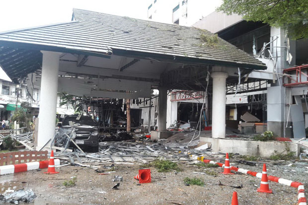 The Southern View Hotel in Pattani's Muang district, badly damaged by the fatal, double explosions on Tuesday night.  (Photo by Abdulloh Benjakat)