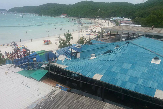 Two people, one Thai and the other Chinese, are slightly injured after roof of a restaurant on a busy beach on Koh Larn, Pattaya, partially collapsed on Wednesday. (Photo by Chaiyot Pupattanapong)