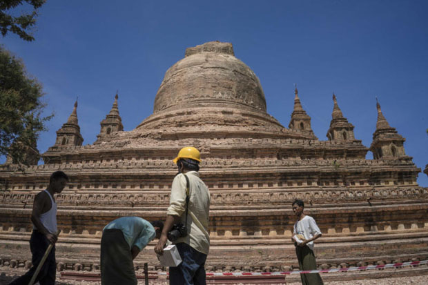 Workers set a security line around the earthquake-damaged Sitanagyi Pagoda in Bagan, Myanmar, on Thursday. Thai authorities have warned of a possible severe quake in the absence of an aftershock. (AP photo)