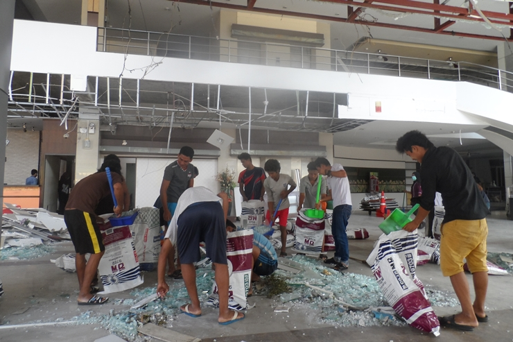 Employees of the heavily damaged Southern View Hotel in central Pattani remove debris caused by Tuesday's twin explosion. (Photos by Abdulloh Benjakat)