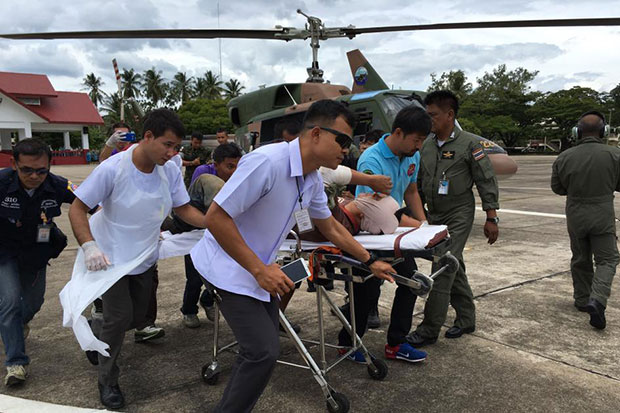 One of the seven officers injured when a police helicopter made an emergency landing in forest in Yala's Than To district onThursday is rushed to hospital after being airlifted out of the crash scene on Friday.(Photo by Maluding Deeto)