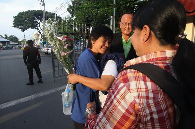 Daranee Charnchoengsilpakul, better known as 'Da Torpedo', is greeted by her family members and friends after being freed on Saturday. She spent eight years in jail on lese majeste charges. (Photo from Banrasdr Photo Facebook)