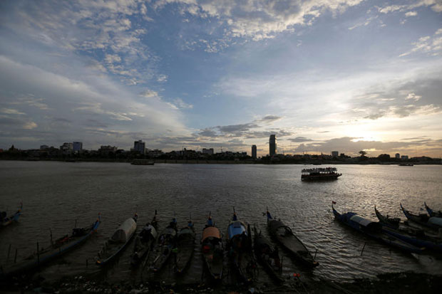 Boats of ethnic Muslim-Cham are seen on Tonle Basac river in Phnom Penh on Aug 14, 2016. Japan and Cambodia will launch direct flights on Thursday to promote tourism, trade and investment. (Reuters photo)