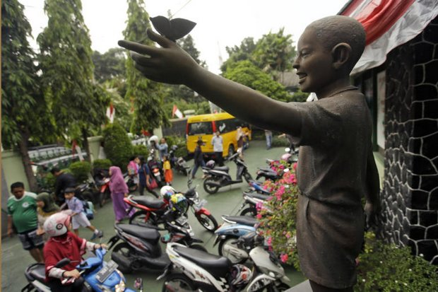 A statue of little Barack Obama was removed from a central square in Jakarta, but stands at at SDN Menteng 01, the Jakarta elementary school he once attended. (AP photo)