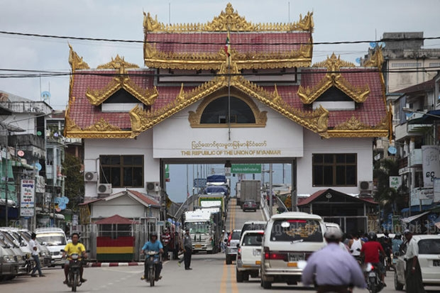 The Mae Sot-Myawaddy checkpoint is one of the three border crossings that are open to foreigners entering from Thailand with e-visas. (Photo by Patipat Janthong)