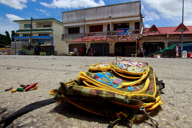 A school bag lies on a street at the scene of a bombing outside a primary school in Tak Bai district Narathiwat on Tuesday, that killed a man and his 5-year-old daughter and wounded 8 other people. (Reuters photo)