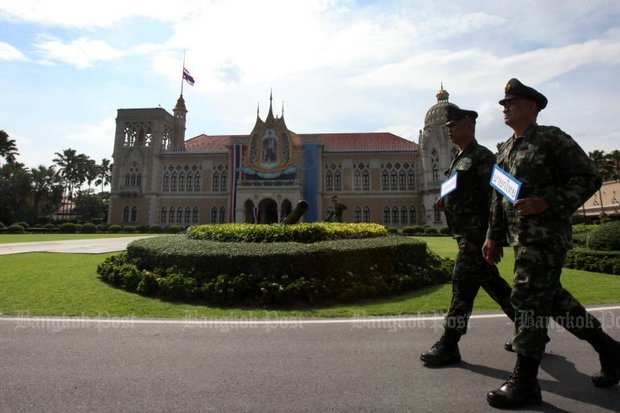 Security men play the roles of Mr Najib and Prime Minister Prayut Chan-o-cha as security forces on Thursday honed procedures for Friday's official visit to Government House by Malaysian Prime Minister Najib Razak. (Photo by Thiti Wannamontha)