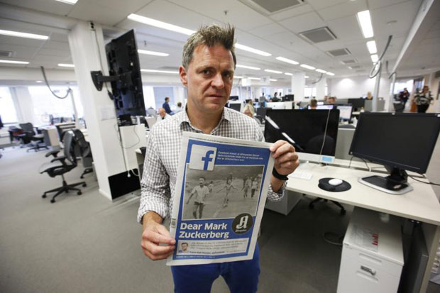 Aftenposten's editor-in-chief and CEO Espen Egil Hansen poses with Aftenposten featuring the iconic picture from the Vietnam war on Friday. (EPA photo)