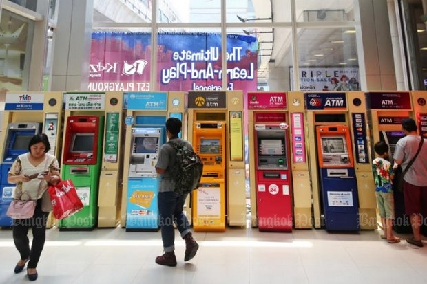 Most people treat ATMs as handy ways to help to handle their money, but are baulking at the government's insistence to sign up for PromptPay and a cashless society. (Bangkok Post file photo)