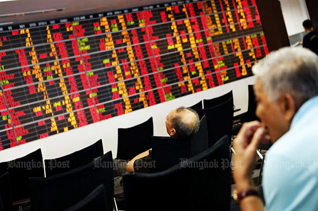 Investors look at an electronic screen showing information on trades at the Stock Exchange of Thailand. (File photo by Pattarapong Chatpattarasill)