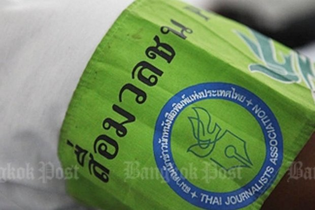 This green armband has been adopted as the symbol of a working journalist in Thailand. Press groups unanimously oppose an attempt to appoint a media council by the military-appointed National Reform Steering Assembly (NRSA). (File photo)