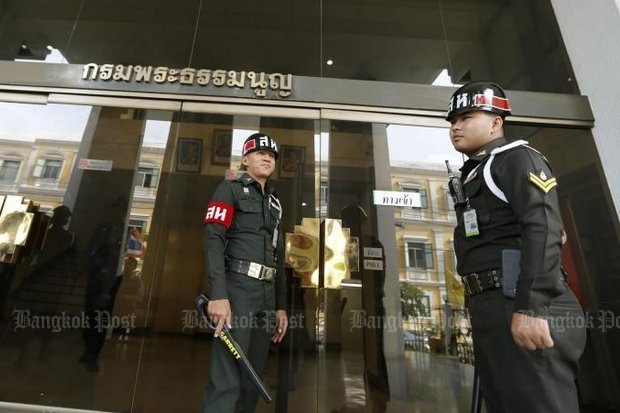 Military police guard the entrance to the main Military Court in Bangkok. Deputy Prime Minister Prawit Wongsuwon says the government will bring back full use of the military court if the security situation deteriorates again. (Post Today file photo)