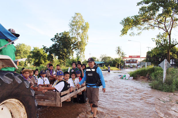 Students get a lift to school in Ban Dai Luek of Dong Charoen district, Phichit, on Thursday. (Photo by Sitthipoj Kebui)