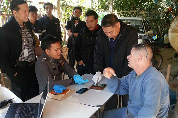 Fabian Frederick Blandford, 64, (right) a British national, is interrogated by DSI officers during a search of his home in Fang district of Chiang Mai on Jan 6. (Photo by Cheewin Sattha)