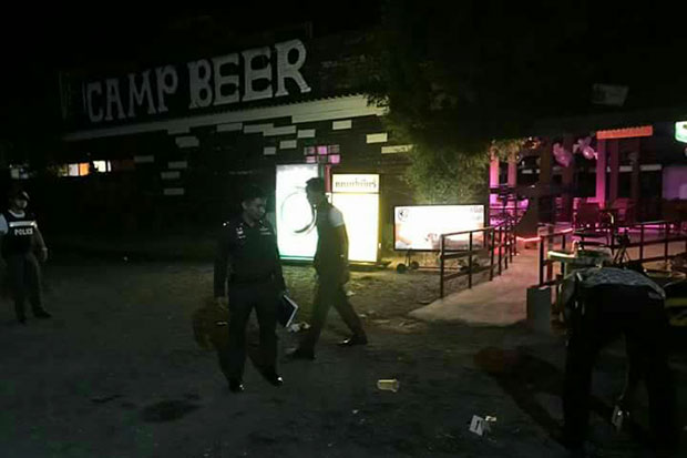 Police inspect the crime scene in the parking lot of Camp Beer pub on Koh Samui. Two people, one a policeman, were shot dead by and five others wounded during a wild brawl in  the early hours of Friday. Another policeman was later arrested and charged. (Photo by Supapong Chaolan)