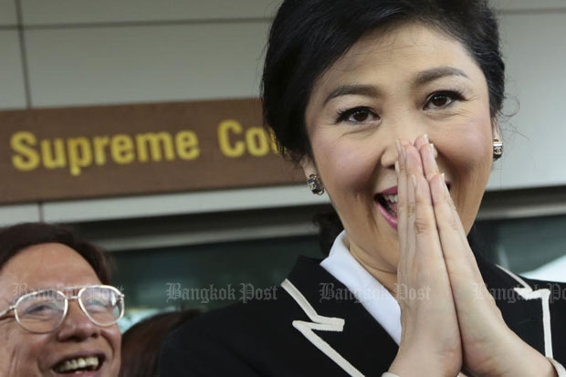 Former prime minister Yingluck Shinawatra thanks supporters waiting for her arrival at the Supreme Court on Aug 19, 2016 for her trial on the rice scheme. (Photo by Patipat Janthong)