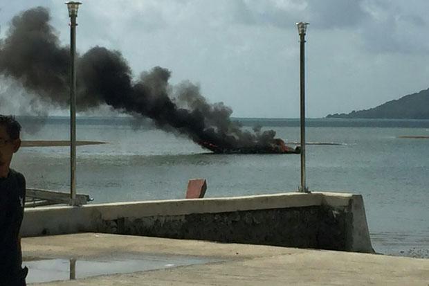 Smoke billows from a stricken speedboat off Thalang district in Phuket on Saturday morning. (Photo by Achadtaya Chuenniran)